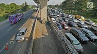 Kendaraan melintas di contraflom KM 28 Tol Jakarta - Cikampek, Jawa Barat, Kamis (30/5/2019). Rekayasa lalu lintas contraflow mulai pukul 05.30 WIB dari kilometer 29 sampai kilometer 61. (Liputan6.com/Herman Zakharia)