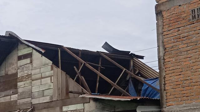 Rumah diterjang angin outing beliung