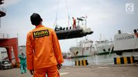 Petugas Basarnas mempersiapkan peralatan untuk melakukan evakuasi di Dermaga BTKP, Jakarta, Senin (29/10). Basarnas menurunkan tim evakuasi ke lokasi jatuhnya pesawat Lion Air dengan rute penerbangan Jakarta-Pangkal Pinang. (Liputan6.com/Faizal Fanani)
