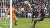 Pemain Manchester City, Raheem Sterling (kanan) gagal mencetak gol ke gawang Burnley pada lanjutan Premier League di Turf Moor Stadium, Burnley, (3/2/2018). Burnley tahan Manchester City 1-1. (Richard Sellers/PA via AP)
