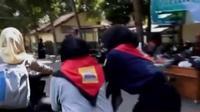 Mahasiswa di Jember mendorong seluruh kendaraan bermotor yang masuk area kampus. Selain itu,