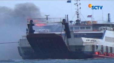 KMP Labitra Adinda terbakar di Selat Bali dalam perjalanan menuju Pelabuhan Ketapang, Banyuwangi. Proses evakuasi penumpang dan ABK berlangsung dramatis.