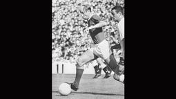Legenda Timnas Inggris, Bobby Charlton (kiri) berada pada urutan kedua top scorer untuk tim Tiga Singa, Bobby Charlton mengoleksi 49 gol dari tahun 1958-1970.  (AFP PHOTO File)