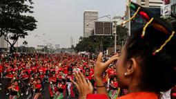 Penari menampilkan tarian khas Indonesia saat car free day (CFD) di Jalan Sudirman, Jakarta, Minggu (4/8/2019). Acara yang bertujuan untuk merekatkan masyarakat ini digagas Belantara Budaya Indonesia dengan mengampanyekan slogan 'Tunjukkan Indonesiamu'. (Liputa6.com/JohanTallo)