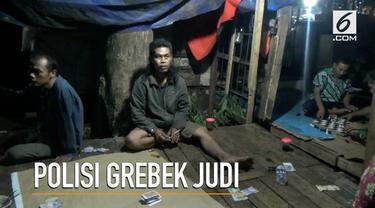 Timmen Rajawali Polres Metro Jakarta TImur menggerebek perjudian ditengah pasar Kramatjati. Polisi menangkap 4 penjudi dan menyita sejumlah barang bukti