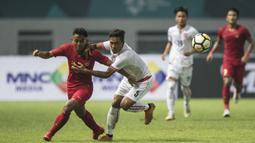Gelandang Timnas Indonesia, Febri Hariyadi, berusaha mengejar bola saat melawan Myanmar pada laga persahabatan di Stadion Wibawa Mukti, Jawa Barat, Rabu (10/10). Indonesia menang 3-0 atas Myanmar(Bola.com/Vitalis Yogi Trisna)