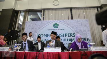 Dirjen Bimbingan Masyarakat Islam Kementerian Agama Machasin (tengah) memberikan keterangan pers hasil sidang Itsbat di Jakarta, Minggu (13/9). Kemenag menetapkan Hari Raya Idul Adha 1436 H jatuh pada 24 September 2015. (Liputan6.com/Faizal Fanani)
