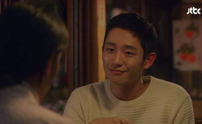Seo Joon Hee juga nggak segan berkata jujur pada wanita yang dicintainya. Dengan wajah manis, ia mengatakan kalau Yoon Jin Ah lebih cantik daripada Kang Se Young./copyright soompi.com/jje