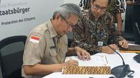 Penyerahan bantuan masker dilakukan oleh Kepala Biro Hukum Organisasi dan Kerja sama BNPB Zahermann Muabezi kepada pejabat Direktorat Perlindungan WNI dan BHI, Kemlu Joedha Nugraha, Jakarta, Rabu (29/1/2020). (Liputan6.com/Winda Nelfira)