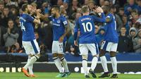 Para pemain Everton merayakan gol Theo Walcott (2kiri) saat melawan Newcastle United pada lanjutan Premier League di Goodison Park, Liverpool,(23/4/2018). Everton menang 1-0. (AFP/Oli Scarff)