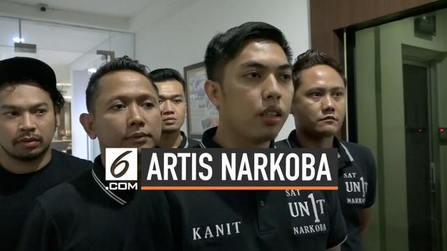 Polisi menangkap eks suami Denada, Jerry Aurum, di sebuah perumahan di Tangerang Selatan, Banten. Saat penangkapan, polisi temukan barang bukti ekstasi, ganja, dan tembakau gorila.