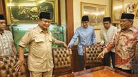 Ketua Umum Pengurus Besar Nahdlatul Ulama (PBNU) KH Said Aqil Siroj menerima kunjungan Bakal calon Presiden Prabowo Subianto dan Bakal Cawapres Sandiaga Uno di kantor PBNU, Jakarta, Kamis (16/8). (Liputan6.com/Faizal Fanani)