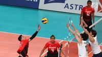 Dua pebola voli putra Korea Selatan berusaha menahan smash pebola voli Indonesia pada pertandingan babak perempat final bola voli putra Asian Games 2018 di Volley Indoor Jakarta, Selasa (28/8). (Liputan6.com/Fery Pradolo)
