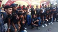 Gubernur Sumsel Alex Noerdin berfoto bersama managemen PT SOM dan pemain Sriwijaya FC saat peluncuran bus baru tim Laskar Wong Kito di JSC Palembang (Liputan6.com / Nefri Inge)