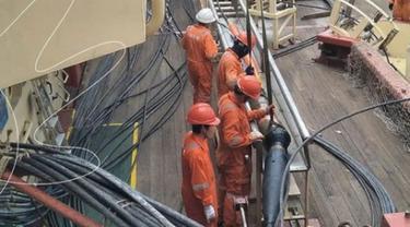 Teknisi Telkom melakukan recovery kabel laut JaSuKa ruas Batam-Pontianak. Dok: Telkom Indonesia