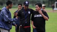 Joko Susilo saat berdiskusi dengan media officer arema Sudarmaji seusai latihan. (Bola.com/Iwan Setiawan)