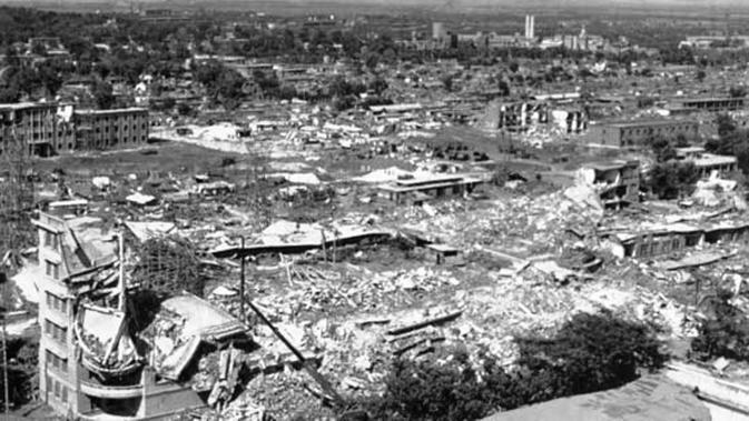 Gempa mengguncang Tangshan, Tiongkok pada 28 Juli 1976 (Britannica)