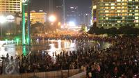 Warga memadati kawasan Bundaran HI, Jakarta, Kamis (31/12). Ribuan warga berkumpul untuk menikmati Car free night malam perayan pergantian tahun bersama keluarga. (Liputan6.com/Angga Yuniar)