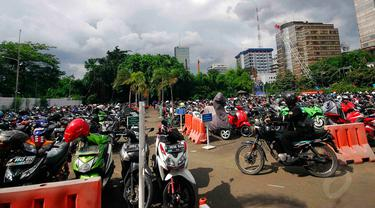 Salah satu lokasi parkir sepeda motor di Parkiran motor EX, Thamrin, Jakarta, Kamis (4/12/2014). (Liputan6.com/Johan Tallo)