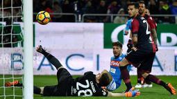 Striker Napoli, Dries Mertens berhasil mencetak gol ke gawang Cagliari pada laga pekan ke-26 Serie A di Sardegna Arena, Selasa (27/2). Napoli menggulung tuan rumah Cagliari dengan skor telak 5-0. (ALBERTO PIZZOLI / AFP)