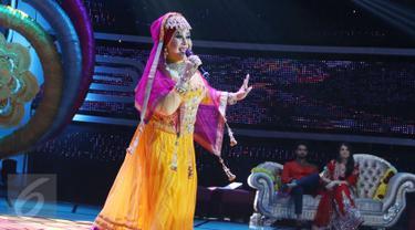 Pedangdut Elvy Sukaesih tampil saat Pesta Bollywood di Studio 5 Indosiar, Daan Mogot, Jakarta, Senin (6/3) Bintang serial drama  Ranveer & Ishani, Shakti Arora dan Radhika Madan ikut meramaikan acara tersebut.(Liputan6.com/Helmi Afandi)