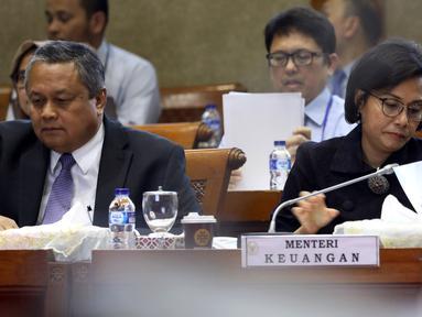 Menteri Keuangan Sri Mulyani dan Gubernur Bank Indonesia Perry Warjiyo mengikuti rapat kerja bersama Komisi XI, di Kompleks Parlemen, Senayan, Jakarta, Rabu (16/1). Rapat kerja beragendakan membahas perekonomian tahun 2019.( Liputan6.com/JohanTallo)
