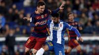 Lionel Messi (kiri) berebut bola dengan bek Espanyol, Alvaro Gonzalez, pada pertandingan Piala Raja Spanyol, Kamis (14/1/2016) dini hari WIB. (Reuters/Sergio Perez).