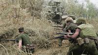Kesatuan Company G, 2d Battalion, 7th Marines, sedang menghadapi serangan musuh dalam Operation Allen Brook, Perang Vietnam. (Sumber Wikimedia/Foto resmi nomor 371490 dari US Marine Corps)