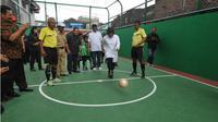 Wali Kota Risma melakukan 'kick off' dalam rangka meresmikan dua lapangan futsal di eks lokalisasi Dolly. (Liputan6.com/Dian Kurniawan)