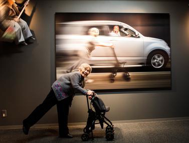 Tingkah Konyol Nenek yang Jadi Selebgram Karena Foto Lucunya