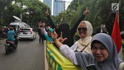 Sejumlah relawan dan emak-emak militan 02 menggelar aksi di depan gedung KPU, Jakarta, Sabtu (4/5/2019). Dalam aksinya Massa membentangkan spanduk panjang bertuliskan 'Prabowo Presiden' dan menjaga persatuan dan kesatuan bangsa. (Liputan6.com/Johan Tallo)