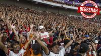 Sepak Bola Indonesia Berbenah_2, Suporter Persija Jakarta, The Jakmania, memberikan dukungan saat melawan Johor Darul Ta'zim pada laga Piala AFC di SUGBK, Jakarta, Selasa (10/4/2018). Persija menang 4-0 atas JDT. (Bola.com/Vitalis Yogi Trisna)