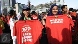 "Warga ikut menggelar kampanye hemat energi bertema ""Aksi Bersama Menteri ESDM Gerakan Potong 10%"" pada kegiatan Car Free Day (CFD) di Bundaran HI, Jakarta, Minggu (15/5). Kampanye dilakukan dengan jalan santai di kawasan CFD. (Liputan6.com/Faizal Fanani)"