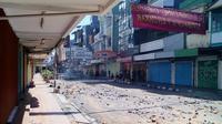 Ratusan warga kelurahan Bulogading, Kecamatan Ujung Pandang, Makassar memblokade jalan masuk kawasan Sombaopu Makassar untuk menghalau eksekusi yang akan dilakukan Pengadilan Negeri Makassar. (Liputan6.com/Eka Hakim)