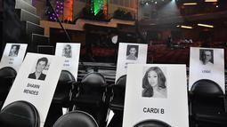Foto penyanyi Shawn Mendes dan rapper cantik Cardi B tertempel di tempat duduk untuk ajang MTV Video Music Awards (MTV VMA) 2018 di Radio City Music Hall, New York, 17 Agustus 2018. MTV VMA 2018 akan berlangsung 20 Agustus mendatang. (AFP/Angela Weiss)
