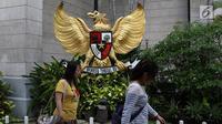 Garuda Pancasila terpampang di depan Gereja Katedral Jakarta, Jumat (23/6). Pengurus Gereja Katedral Jakarta mengubah jadwal misa Minggu pagi yang bertepatan dengan Hari Idul Fitri. (Liputan6.com/ Immanuel Antonius)