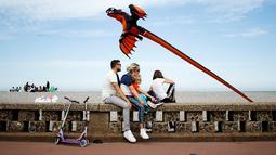 Sebuah layang-layang terbang selama Festival Layang-layang Internasional Dieppe ke-20 di Dieppe, Prancis, Minggu (9/9). Festival setiap dua tahun sekali sejak 1980 itu merupakan salah satu festival layang-layang terbesar di dunia. (AFP/CHARLY TRIBALLEAU)