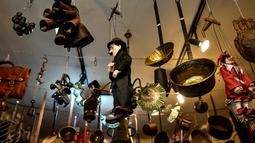 "Sejumlah barang  antik dipajang di toko milik Manuel Mosquera di ""Pulgas' Market'' di Pamplona, Spanyol utara, (2/3). (AP Photo/Alvaro Barrientos)"