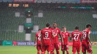 Para pemain Bayern Munchen merayakan gol Robert Lewandowski ke gawang Werder Bremen di Weserstadion dalam laga pekan ke-32 Bundesliga 2019-2020. (Foto: Twitter Bayern Munchen)