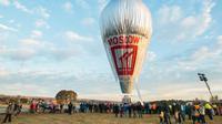 Beberapa saksi menuturkan balon udara yang mengangkut 16 orang itu terbakar di udara, sebelum akhirnya jatuh di padang rumput.