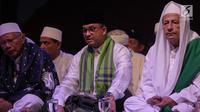Gubernur DKI Anies Baswedan dan Habib Lutfi bin Ali Yahya saat menghadiri acara Tausiyah Kebangsaan di Silang Monas, Jakarta, Minggu (26/11). Acara digelar memperingati Hari Pahlawan dan Maulid Nabi Muhammad SAW 1439 H. (Liputan6.com/Faizal Fanani)
