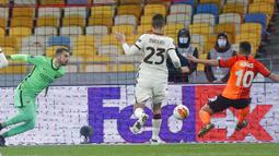 Pemain Shakhtar Donetsk Junior Moraes (kanan) mencetak gol ke gawang AS Roma pada pertandingan leg kedua babak 16 besar Liga Europa di Stadion Olimpiyskiy, Kyiv, Ukraina, Kamis (18/3/2021). AS Roma menang dengan skor 2-1. (AP Photo/Efrem Lukatsky)