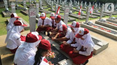 Sejumlah pelajar melakukan ziarah dan tabur bunga saat peringatan Hari Pahlawan Nasional di Taman Makam Pahlawan (TMP) Utama Kalibata, Jakarta Selatan, Minggu (10/11/2109). Ziarah tersebut digelar dalam rangka peringatan Hari Pahlawan 10 November 2019. (Liputan6.com/Herman Zakharia)