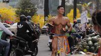 Seorang warga Korea, Lee Won, berjualan semangka di pinggir jalan salah satu kota di Vietnam. (dok. Facebook/Lee Won)