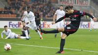 Pemain AC Milan, Ricardo Rodriguez melakukan tendangan ke gawang Austria Wien pada matchday kelima Liga Europa di Stadion San Siro, Jumat (24/11). AC Milan memastikan diri lolos sebagai juara Grup D usai menang 5-1. (AP/Antonio Calanni)