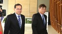 Perwakilan AFC Sanjeevan Balasingam (kiri) dan Mariano Arneta hadir pada rapat perdana Tim Ad-Hoc di Kantor PSSI, Senayan, Jakarta, Jumat (11/12/2015). (Bola.com/Nicklas Hanoatubun)