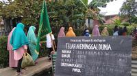 Para warga Lorong Keluarga, Jalan Perguruan, Kelurahan Plaju Ulu, Kecamatan Plaju Palembang saat melayat ke rumah duka (Liputan6.com / Nefri Inge)