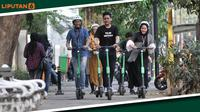 Banner Infografis Polemik Skuter Listrik Mengaspal di Jalanan Jakarta. (Foto: Merdeka.com/Iqbal Nugroho)