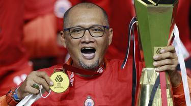 Pelatih Persija Jakarta, Sudirman, melakukan selebrasi usai menjuarai Piala Menpora 2021 di Stadion Manahan, Solo, Minggu (25/4/2021). Persija mengalahkan Persib dengan agregat 4-1. (Bola.com/M Iqbal Ichsan)
