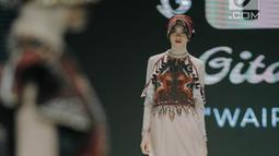 """Model mengenakan busana rancangan Gita Orlin pada ajang Indonesia Fashion Week (IFW) 2019 di Jakarta Convention Center, Kamis (28/3). Desian Gita Orlin kali ini terinspirasi dari kecantikan """"Tenun Sumba"""" yang bertajuk """"Wairinding"""". (Liputan6.com/Faizal Fanani)"""